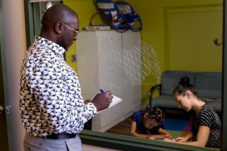 A Human Relations Officer from the Laval Child and Youth Protection Centre during an evaluation of a child with the mother.